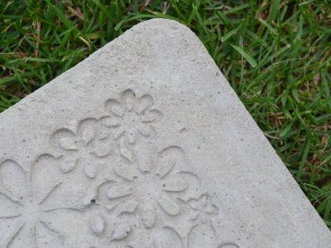 beton_gieen_trittplatte_blumen beton gießen diy Beton gießen DIY: Tolle Trittplatten, Windlichter & mehr selbst gemacht beton gieen trittplatte blumen 367x275
