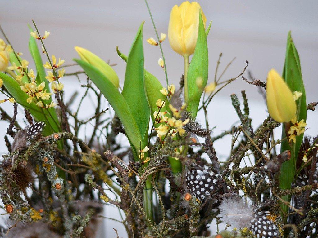 diy tischdeko für den frühling DIY – Frühlingsdeko selber machen | aus Beton, Zweigen, Tulpen und Federn | Tischdeko betonwrfel gelb 1024x768
