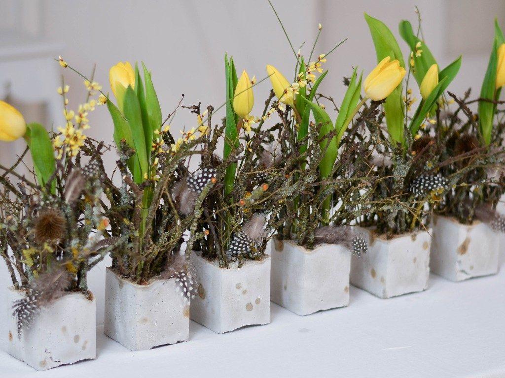 diy tischdeko für den frühling DIY – Frühlingsdeko selber machen | aus Beton, Zweigen, Tulpen und Federn | Tischdeko betonwrfel gelb diagonal 1024x768