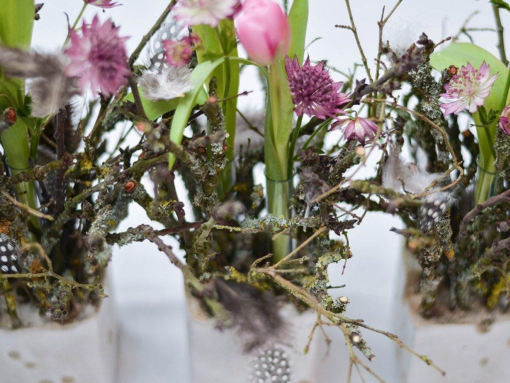 diy tischdeko für den frühling DIY – Frühlingsdeko selber machen | aus Beton, Zweigen, Tulpen und Federn | Tischdeko betonwrfel rosa  1024x768