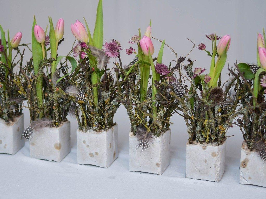 diy tischdeko für den frühling DIY – Frühlingsdeko selber machen | aus Beton, Zweigen, Tulpen und Federn | Tischdeko betonwrfel rosa diagonal 1024x768