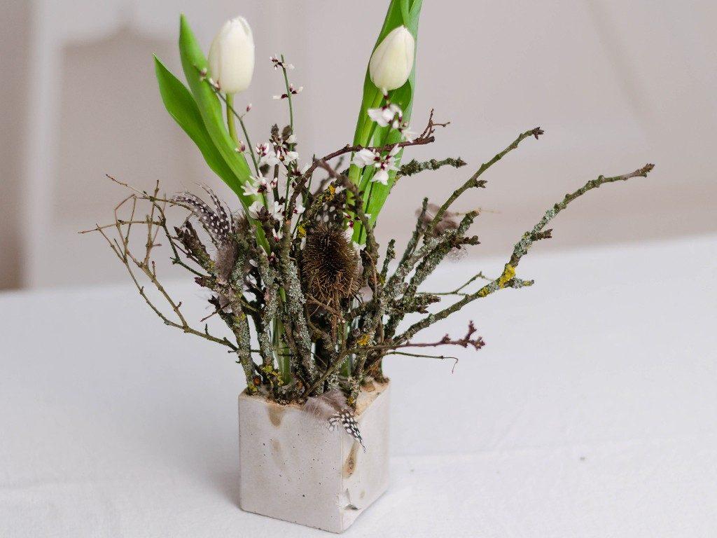 diy tischdeko f r den fr hling zweige tulpen federn im betonw rfel. Black Bedroom Furniture Sets. Home Design Ideas