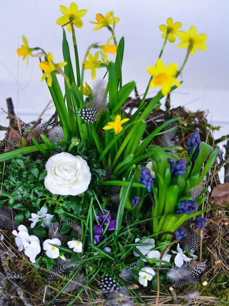 osterdeko diy Osterdeko DIY: Erstelle dein XXL-Nest aus Zweigen und Frühlingsblumen nest aus zweigen blau 768x1024