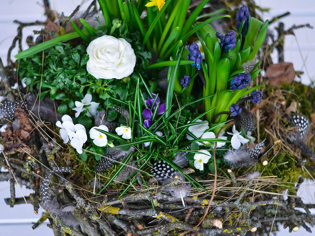 osterdeko diy Osterdeko DIY: Erstelle dein XXL-Nest aus Zweigen und Frühlingsblumen nest aus zweigen blau  1024x768