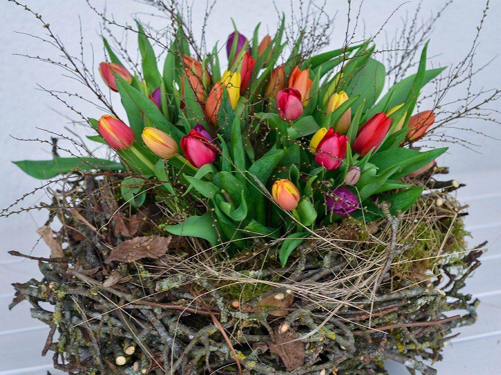 osterdeko diy Osterdeko DIY: Erstelle dein XXL-Nest aus Zweigen und Frühlingsblumen nest aus zweigen tulpen detail  1024x768