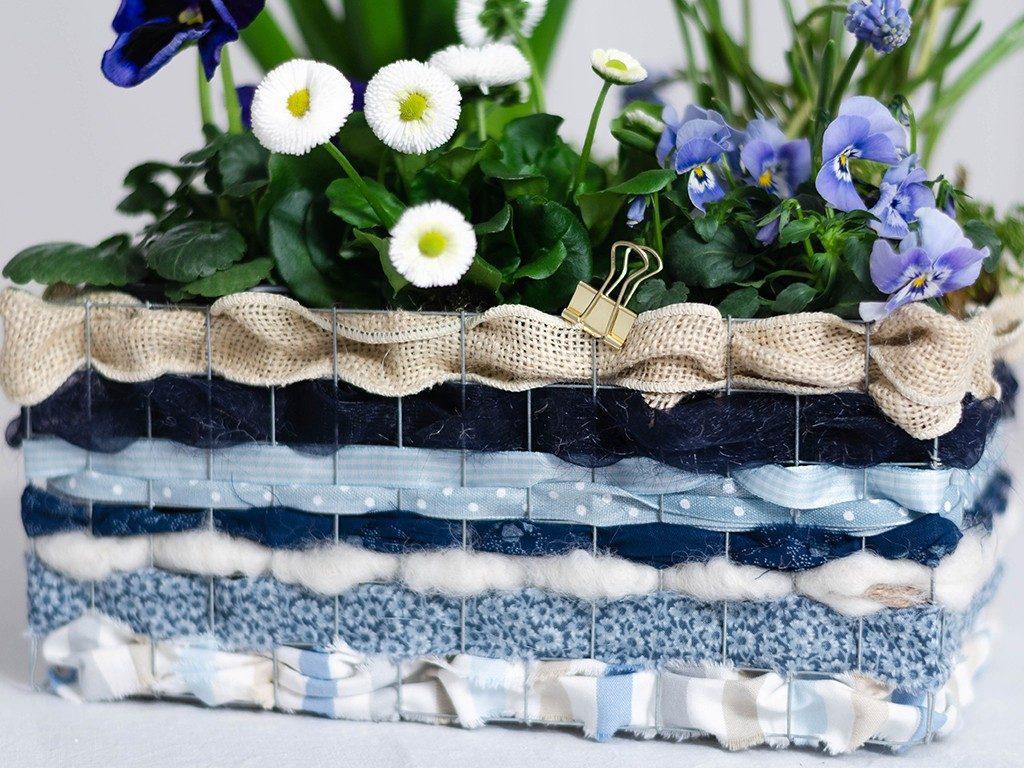 stoffreste verarbeiten Stoffreste verarbeiten: Frühlingsblumen im Korb aus Draht & Stoffen drahtkorb blau detail 1024x768