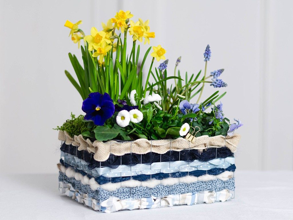 stoffreste verarbeiten Stoffreste verarbeiten: Frühlingsblumen im Korb aus Draht & Stoffen drahtkorb blaugelb 1024x768