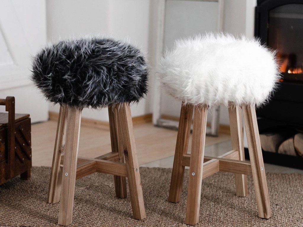 diy fell-hocker DIY Fell-Hocker: Sitzbezug aus Fell für einen Holzhocker nähen fellhocker ofen 1 1024x768