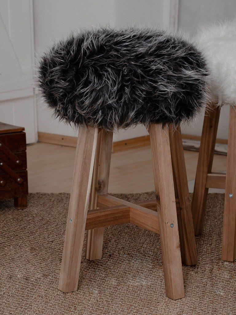 diy fell-hocker DIY Fell-Hocker: Sitzbezug aus Fell für einen Holzhocker nähen fellhocker schwarz  1 768x1024