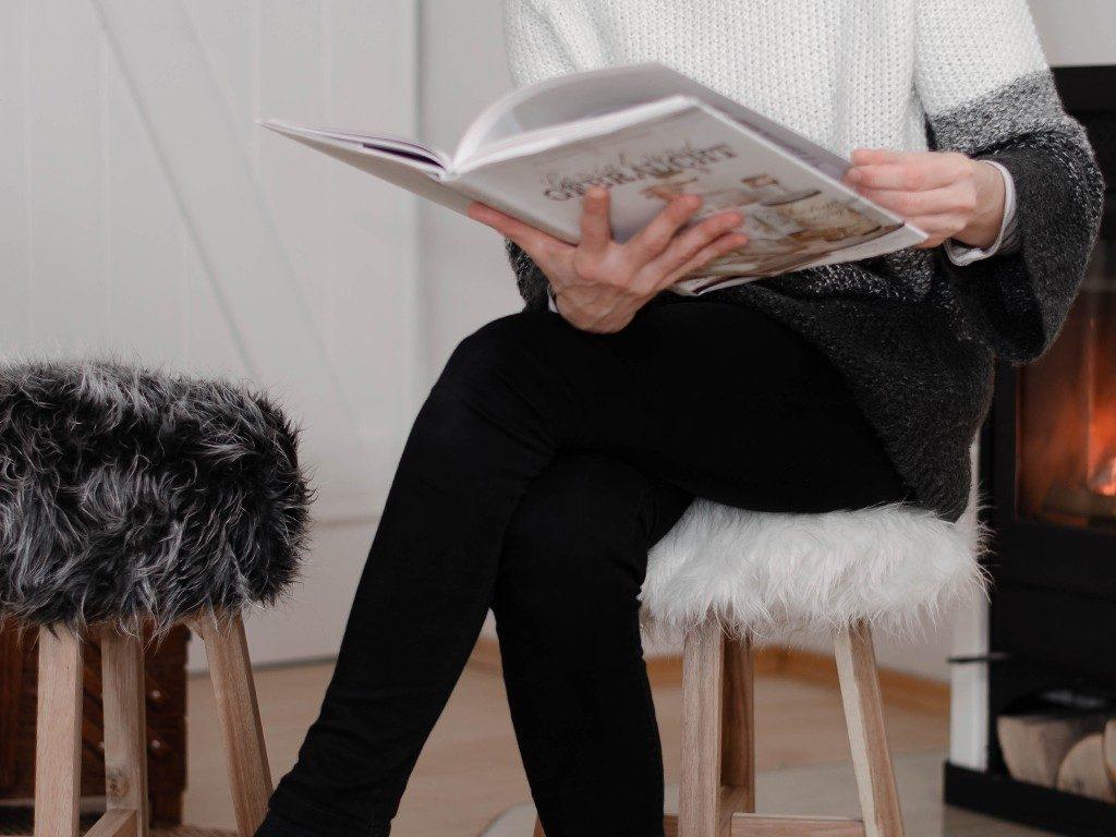 diy fell-hocker DIY Fell-Hocker: Sitzbezug aus Fell für einen Holzhocker nähen fellhocker sitzend 1 1024x768