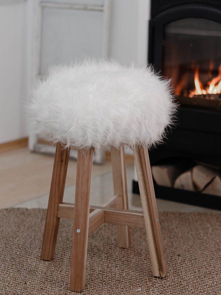 diy fell-hocker DIY Fell-Hocker: Sitzbezug aus Fell für einen Holzhocker nähen fellhocker wei  1 768x1024