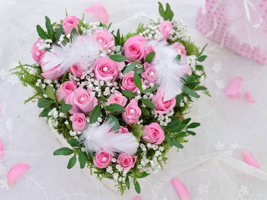 rosengesteck aus pralinenschachtel Wie du ein Rosengesteck aus einer Pralinenschachtel zauberst herzgesteck rosen valentinstag 1 1024x768