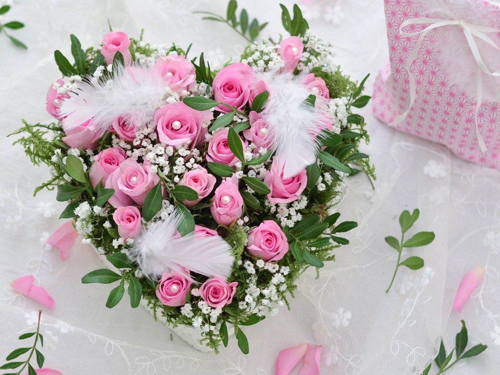 rosengesteck aus pralinenschachtel Wie du ein Rosengesteck aus einer Pralinenschachtel zauberst herzgesteck rosen valentinstag 3 1024x768