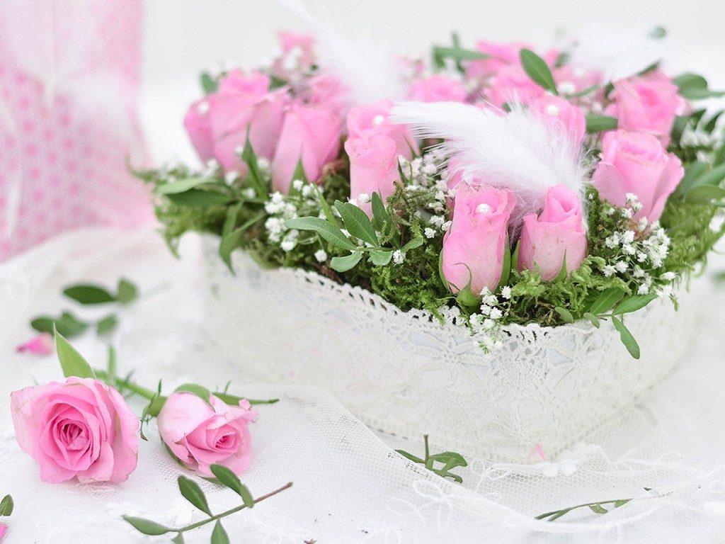rosengesteck aus pralinenschachtel Wie du ein Rosengesteck aus einer Pralinenschachtel zauberst herzgesteck rosen valentinstag 7 2 1024x768