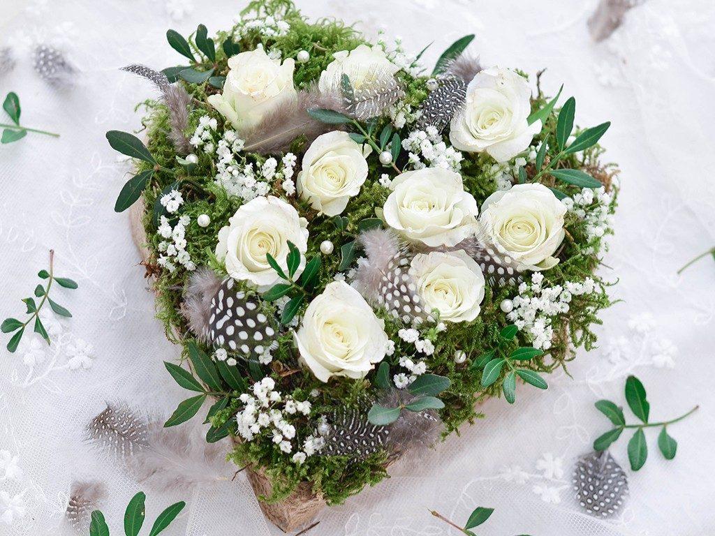 rosengesteck aus pralinenschachtel Wie du ein Rosengesteck aus einer Pralinenschachtel zauberst herzgesteck rosen valentinstag wei 6 1024x768