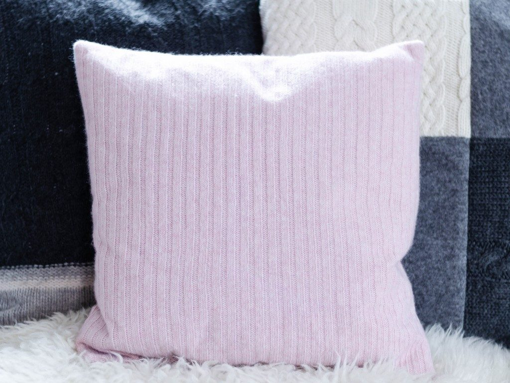 kissen aus strickpullover DIY – Kissen aus Strick-Pullover nähen | TRICK &TIPP für das Nähen von elastischen Stoffen kissen aus strickpullover rosa 1024x768