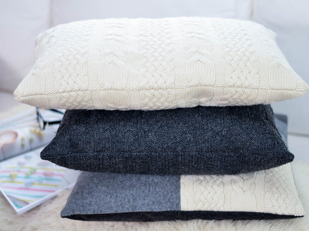 kissen aus strickpullover DIY – Kissen aus Strick-Pullover nähen | TRICK &TIPP für das Nähen von elastischen Stoffen kissen aus strickpullover stapel 1024x768