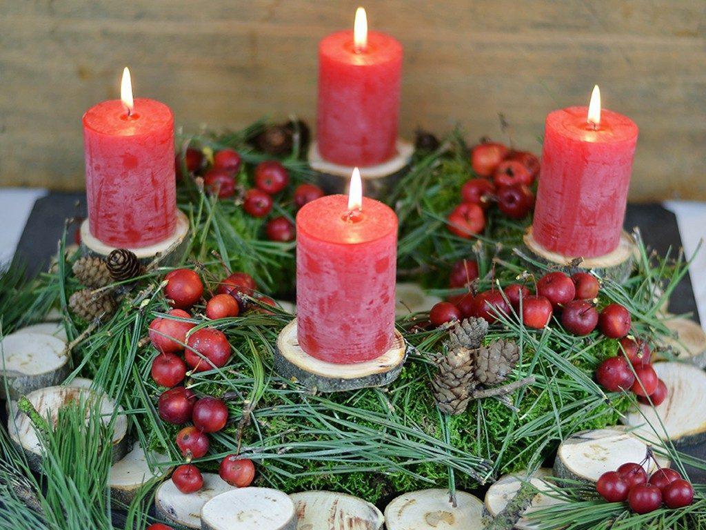 adventskranz in rot Adventskranz in Rot selbst machen: aus Moos, Kiefernnadeln, Lärchenzapfen & Zieräpfeln adventskranz kiefernnadeln zierpfel 1024x768