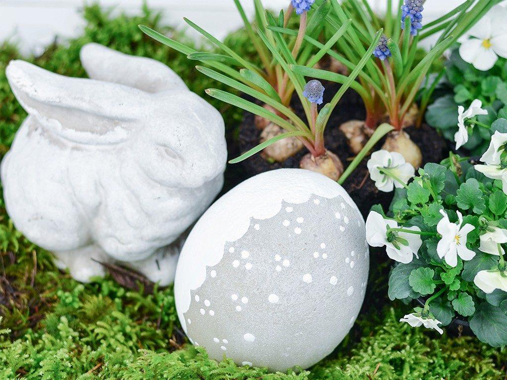 wetterfeste osterdeko Osterdeko DIY: romantische XXL-Ostereier aus Beton für drinnen und draußen betoneier xxl mit luftballon wei 2 1024x768