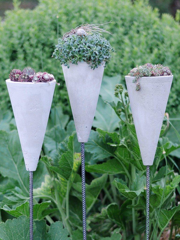 blumenampel aus beton Sommerlicher Hingucker in 2 Varianten: Gartenstecker & Blumenampel aus Beton betonkegel blumenampel 29 768x1024