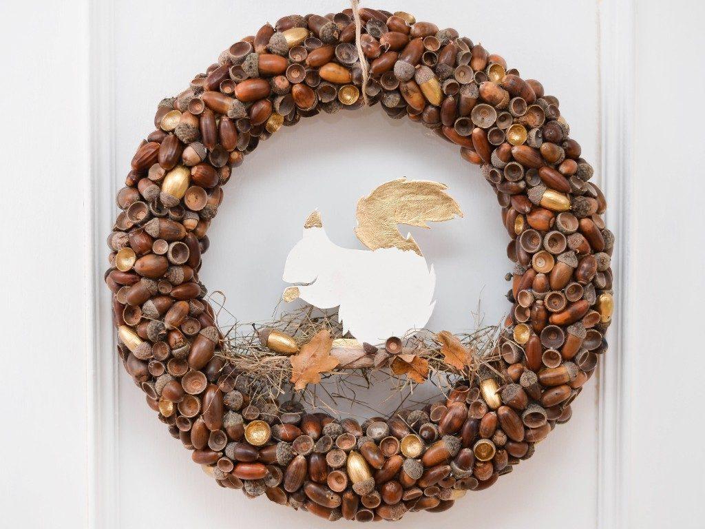 kranz aus eicheln DIY Herbstdeko: Kranz aus Eicheln mit Eichhörnchen aus Modelliermasse eichelkranz 1 1024x768