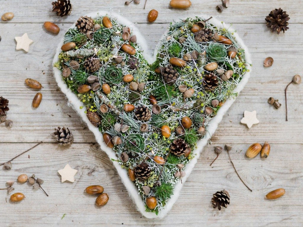 herz-gesteck selber machen DIY: weihnachtliches Herz-Gesteck selber machen herzgesteck grabgesteck 1024x768