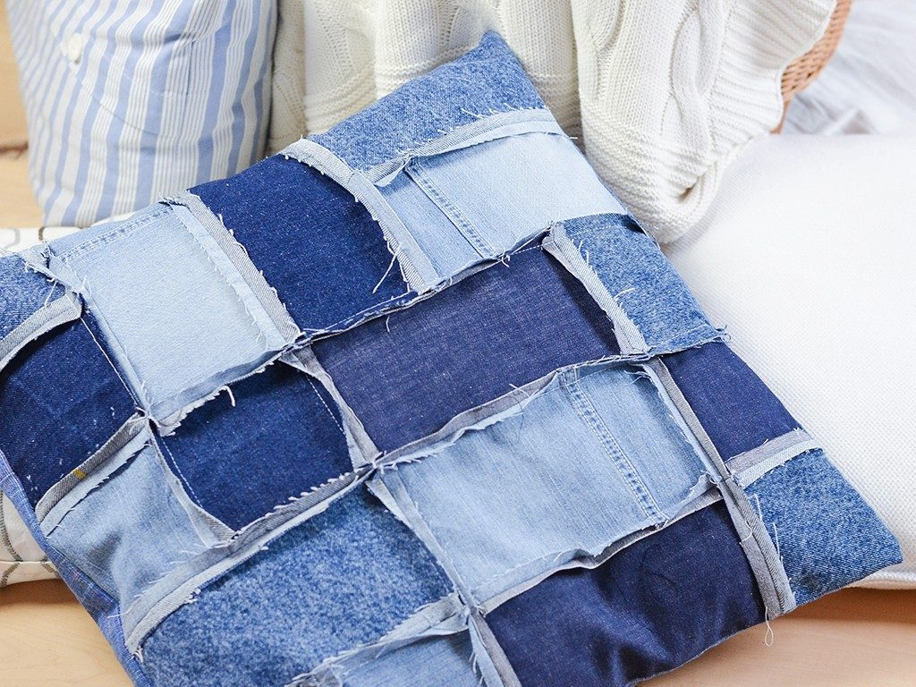 patchwork-kissenhülle DIY Patchwork-Kissenhülle aus Jeans nähen jeanskissen patchwork 2 1024x768