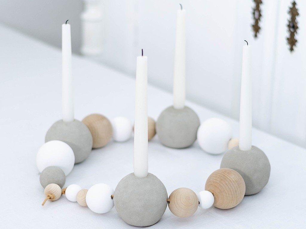selbstgemachter adventskranz im scandi style Weihnachtsdeko DIY: Adventskranz aus Beton- und Holzkugeln im Scandi Style selbermachen kugeladventskranz 1024x768