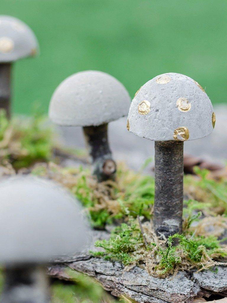 diy herbstliche tischdeko DIY Herbstliche Tischdeko: Wie du Pilze aus Beton selbst machst pilze aus beton gold 1 768x1024