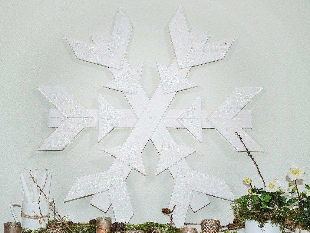xxl-schneeflocke aus paletten DIY Winterdeko: XXL-Schneeflocke aus Paletten im Shabby Chic Stil selber machen schneeflocke aus palettenholz 1024x768