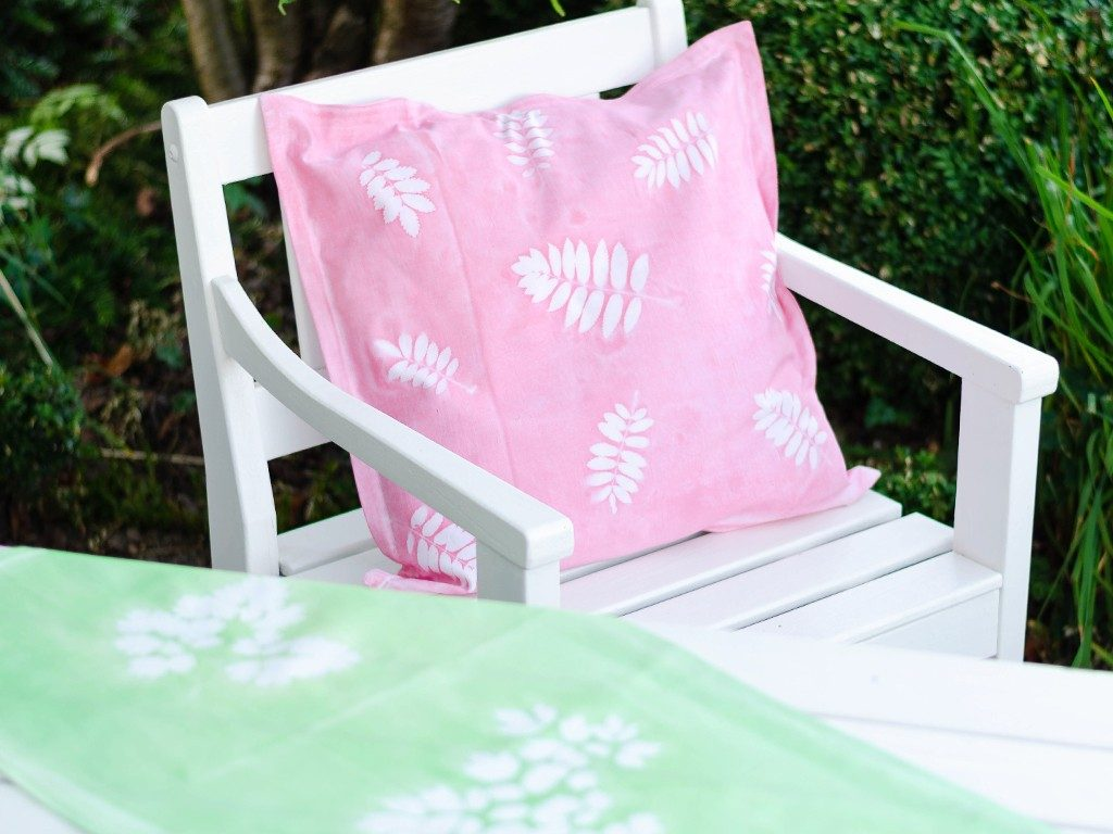 sunprint diy Sunprint DIY: So bedruckst du Kissenhüllen & andere Stoffe mit Blättern sunprint 9 1024x768