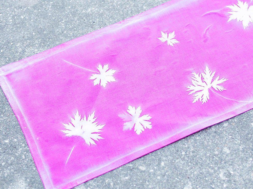 sunprint diy Sunprint DIY: So bedruckst du Kissenhüllen & andere Stoffe mit Blättern sunprint tischlaeufer 1024x768