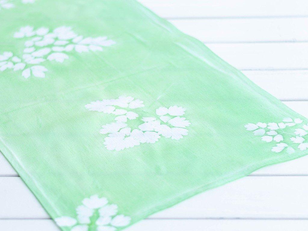 sunprint diy Sunprint DIY: So bedruckst du Kissenhüllen & andere Stoffe mit Blättern sunprint tischlaeufer gruen  1024x768