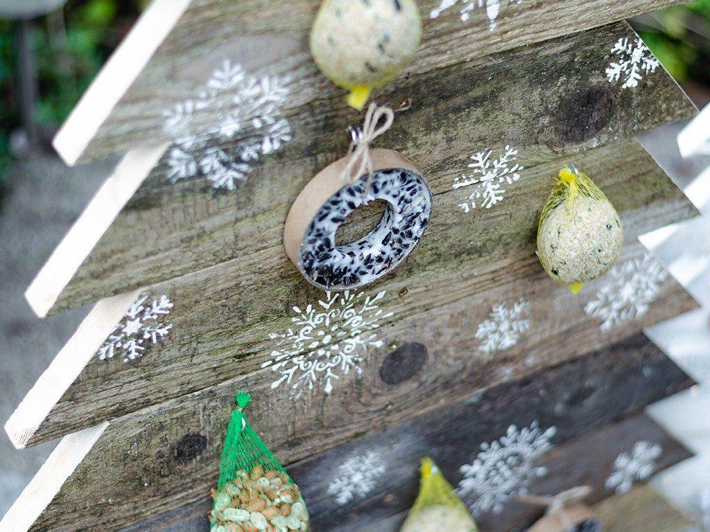 tannenbaum aus holz Weihnachtsdeko DIY: Tannenbaum aus Holz selbst bauen tannenbaum aus holzbretter vogelfutterstation natur 1024x768