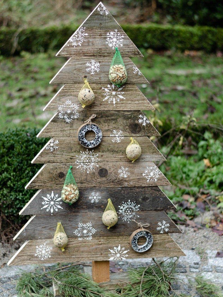 tannenbaum aus holz Weihnachtsdeko DIY: Tannenbaum aus Holz selbst bauen tannenbaum aus holzbretter vogelfutterstation natur 1 768x1024