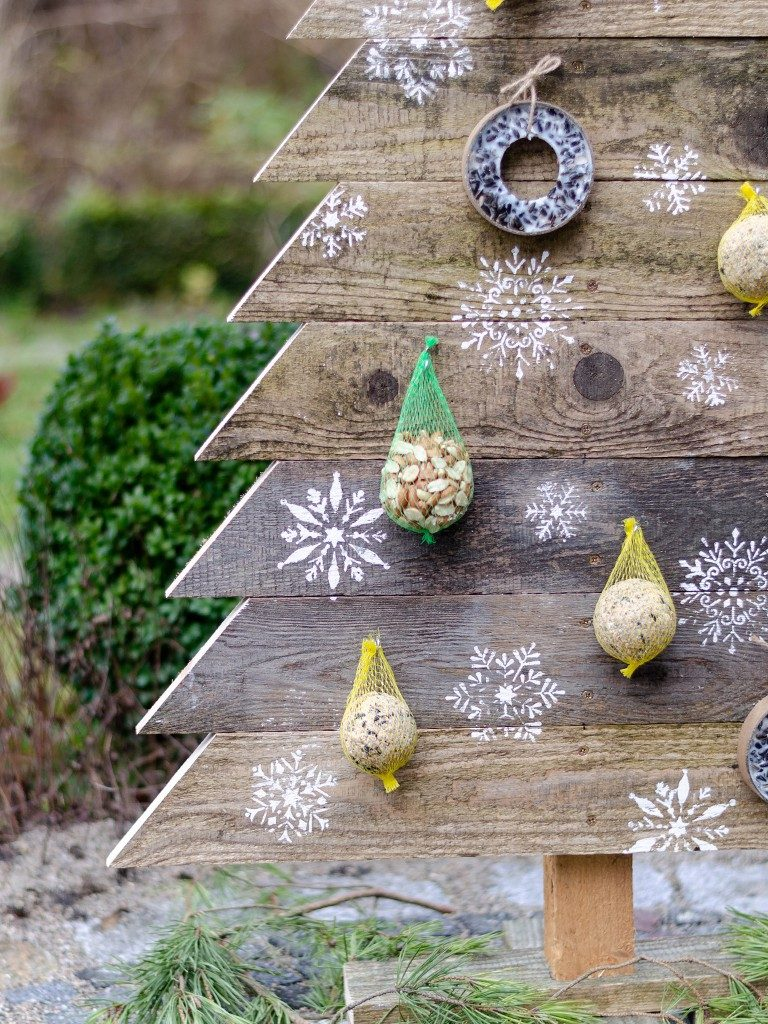 tannenbaum aus holz Weihnachtsdeko DIY: Tannenbaum aus Holz selbst bauen tannenbaum aus holzbretter vogelfutterstation natur 3 768x1024
