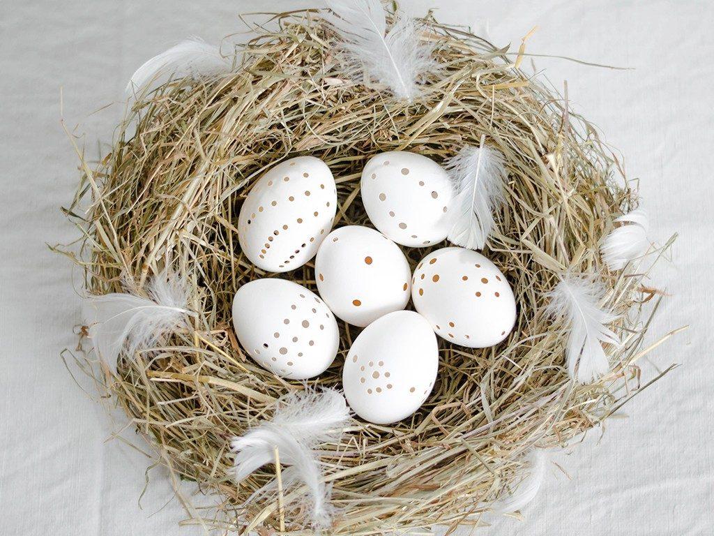 Osterdeko DIY: Eier mit Lochmuster und ein ruck-zuck Heu-Nest selber machen eier lochmuster perforieren 6 1024x768