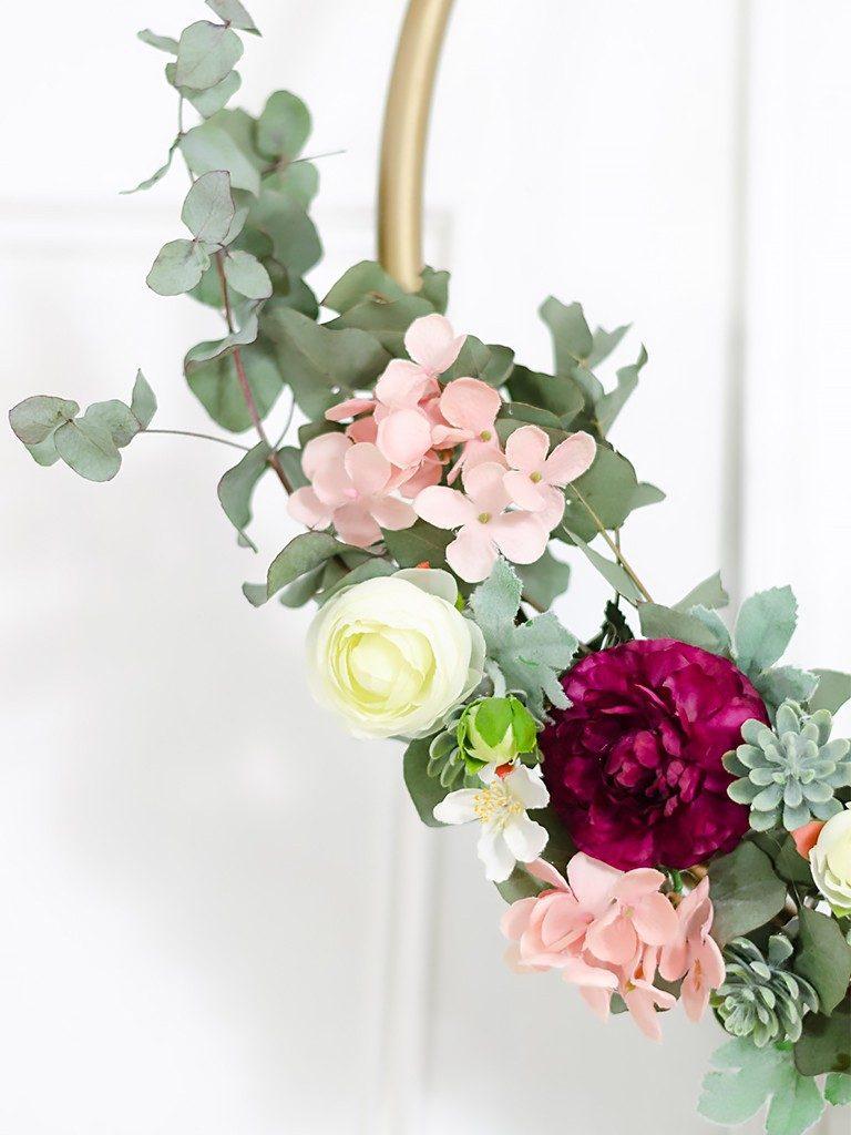 DIY: Wanddeko Blumenkranz aus Hula-Hoop Reifen blumenkranz hulahoopreifen hochzeitsdeko 22 768x1024