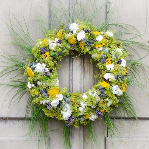 DIY-Kranz aus Sommerblumen mit Gras  Home kranz sommer mit gras 1 1