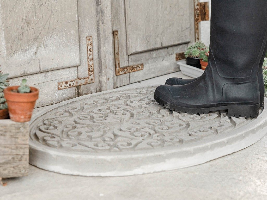 DIY-Trittplatte aus Beton gießen  DIY: Trittplatte aus Beton, für Hauseingang oder Gartenweg betontrittplatte aus gummifumatte 5 1024x768