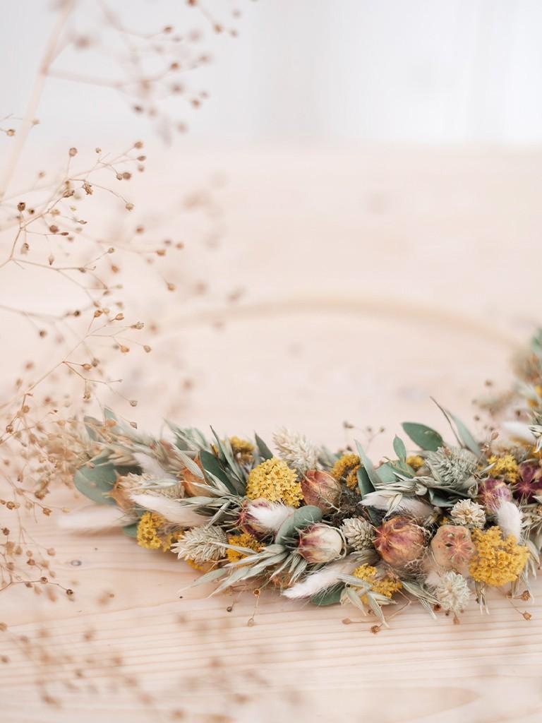 Loopkranz aus Trockenblumen auf Holzring gebunden